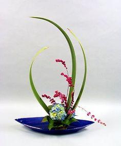 Resultado de imagen para ikebana how to Contemporary Flower Arrangements, White Flower Arrangements, Ikebana Flower Arrangement, Ikebana Arrangements, Art Floral, Floral Design, Flower Show, Flower Art, Japanese Flowers
