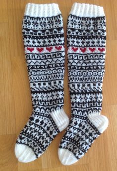 Nalle, malli Niina Laitinen, Saralle jouluna 16. Norwegian Knitting, Fair Isle Pattern, Striped Socks, Knee High Socks, Diy Crochet, Knitting Socks, Winter Time, Sweater Weather, Mittens