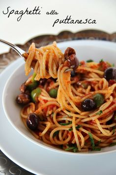 Spaghetti alla puttanesca is a dish much appreciated of the Italian cuisine; are prepared with tomatoes, capers, black olives, red pepper and parsley Italian Soup, Italian Pasta, Italian Dishes, Italian Recipes, Italian Foods, Risotto Cremeux, Italy Food, Pasta Dishes, Pasta Recipes