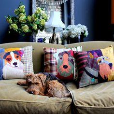 FÜR DEN WAU-EFFEKT  Wenn es um ein bisschen Exzentrik und Humor im Einrichtungsbereich geht, ist die englische Interiordesignerin Abigail Ahern ganz vorne mit dabei. In ihrer neuen Kollektion finden wir viele tierisch starke Wohnaccessoires. Diese kunterbunten Patchworkkissen aus Kleiderstoffen machen jedes Sofa gemütlicher und stilvoller. Hundekissen zu 75 £ von Abigail Ahern.