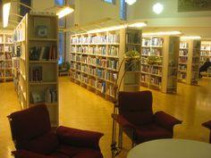 Kuva kirjaston keskiosasta. Hyllyjen päässä tietokirjahyllyissä yleensä uutuuskirjoja tms. näytillä.