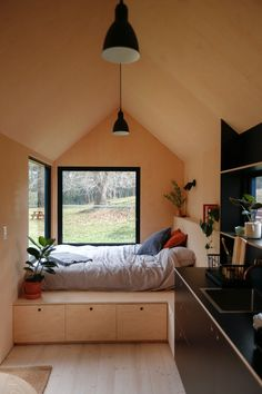 In Sydney , Australia Richie Northcott has recently created a tiny house called Barrington Tops cabin. This house has simple but comfortable interior suitable Off Grid Tiny House, Modern Tiny House, Tiny House Cabin, Tiny House Living, Tiny House Design, Tiny House On Wheels, Small Modern Cabin, Tiny House Bedroom, Tiny House Storage