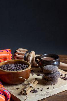 CHOCOLATE MEXICANO. Elchocolate de metatees un mezcla de cacao, azúcar (piloncillo), canela y mantequilla, todo molido y hecho una pasta.