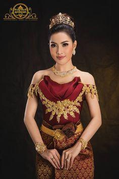 khmer wedding costume Cambodian Wedding Dress, Thai Wedding Dress, Khmer Wedding, Traditional Thai Clothing, Traditional Fashion, Traditional Dresses, Thai Dress, Wedding Costumes, Indian Beauty Saree