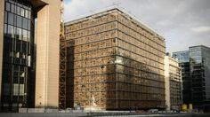 Wenn das kein Symbol ist: Die Fassade besteht aus einem Patchwork von Fensterrahmen, die aus Abbruchhäusern europäischer Länder von Belgien über Deutschland bis nach Polen gesammelt wurden