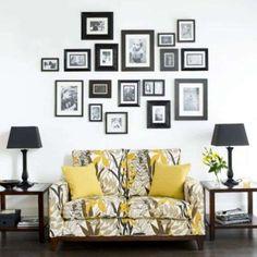 Cornici di varie dimensioni - Come decorare le pareti con foto per un soggiorno accogliente.