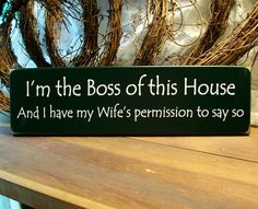 Wood Sign I'm the Boss of this House Husband by CountryWorkshop Wood Block Crafts, Pallet Crafts, Country Signs, Rustic Signs, Funny Wood Signs, Therapy Quotes, Painted Wood Signs, Garden Signs, Backyard Projects