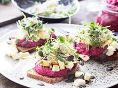 Rödbetsmacka med hummus, groddar och rostad fetaost