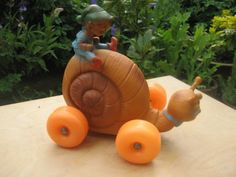 70-S-VINTAGE-RUBBER-SNAIL-PIXIE-ON-WHEELS-TOY