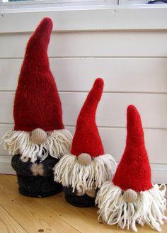 Julen nærmer sig... om vi vil det eller ej :o)     Sidste år viste jeg disse strikkede nisser HER og HER  på bloggen, hvilket satte mig i ...