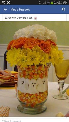 Halloween centerpiece using Halloween candy and flowers. DYI Halloween Craft Candy Corn & Marshmallow Ghosts combined with fall colored flowers in a vase Halloween Mono, Dulces Halloween, Bonbon Halloween, Halloween Bebes, Fröhliches Halloween, Adornos Halloween, Manualidades Halloween, Holidays Halloween, Halloween Treats