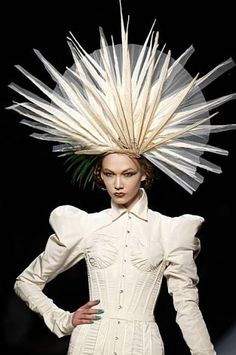 Jean Paul Gaultier Haute-Couture S/S 2010 Jean Paul Gaultier presents his Haute-Couture Spring/Summer 2010 Collection on the Paris runway on January Jean Paul Gaultier, Crazy Hats, Fancy Hats, Wearing A Hat, Love Hat, Mode Vintage, Derby Hats, Looks Cool, Mode Style