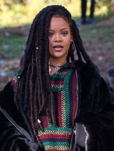 Rihanna on the set of Oceans8 in NYC Mode Rihanna, Rihanna Riri, Rihanna Style, Scene Hair, Rihanna Dreadlocks, Rihanna Faux Locs, Protective Styles, Faux Dreads, Faux Locs Long