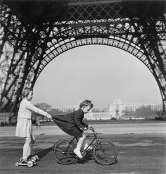 Robert Doisneau: Le remorqueur du Champs de Mars, Paris, 1943 Walters smith Honore this would be such a cute picture to reenact with Cecily and Ambrose when they are older. Obviously maybe not in Paris though haha Robert Doisneau, Tour Eiffel, Torre Eiffel Paris, Black White Photos, Black And White Photography, Old Pictures, Old Photos, Rare Photos, Vintage Photography