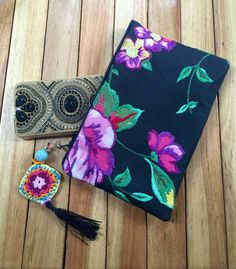 Bolsa de chita bordada Diy Embroidery, Embroidery Stitches, Autumn Inspiration, Clutch Bag, Needlepoint, Purses And Bags, Needlework, Quilts, Sewing