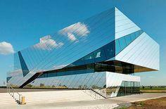 Отделка фасада дома (50 фото): как сделать дом привлекательнее и теплее http://happymodern.ru/otdelka-fasada-doma-40-foto-kak-sdelat-dom-privlekatelnee-i-teplee/ Композитные алюминиевые панели с зеркальным отражением