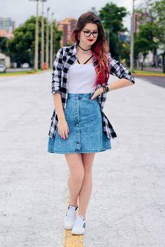 Meninices da Vida: Look: Saia jeans, camisa xadrez e strappy bra.                                                                                                                                                                                 Mais