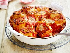 Unser beliebtes Rezept für Zucchini-Nudel-Rolls in Tomatensoße und mehr als 65.000 weitere kostenlose Rezepte auf LECKER.de. Side Dish Recipes, New Recipes, Vegetarian Recipes, Cooking Recipes, Veggie Pasta, Savoury Dishes, Main Meals, I Foods, Macaroni And Cheese