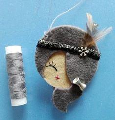 Crochet ideas that you'll love Hobbies And Crafts, Diy And Crafts, Barrettes, Felt Decorations, Felt Brooch, Tiny Dolls, Felt Patterns, Brooches Handmade, Felt Fabric
