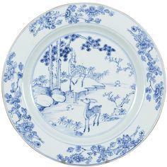 Grand plat à décor de cervidés en porcelaine de Chine d'époque Yongzheng Peint en bleu sous couverte, à décor d'un cerf et d'un daim dans un paysage rocheux. Sur l'aile, des branches de pivoines.