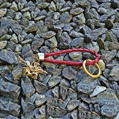 Γούρι μπρελόκ μπρούτζινα σκορδάκια, σε μπορντώ κορδόνι από φίδι, επίχρυσο κρίκο και μεταλλικά στοιχεία. Bracelets, Jewelry, Jewlery, Jewerly, Schmuck, Jewels, Jewelery, Bracelet, Fine Jewelry