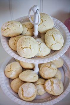 Biscotti al limone con un tocco di vaniglia. Conservateli chiusi in una scatola di latta, insieme a un baccello di vaniglia, anche stra-usato. Ingredienti: 270 g di farina 00 110 g di burro 1 uovo 100 g di zucchero a velo 1 limone bio 12...