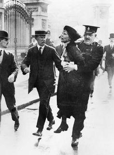 SUFRAGISMO: Emmeline Pankhurst fue una de las fundadoras del movimiento sufragista británico. Su nombre está asociado con la lucha por el derecho a voto para las mujeres en el período inmediatamente anterior a la Primera Guerra Mundial. En la imagen está siendo arrestada delante del palacio de Buckingham el 22 de Mayo de 1914.