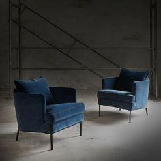 """""""Tidens hotteste trend er petroleumsfarvet velour!  Vi ELSKER det! Det er cool, lækkert og komfortabelt! Julia lænestol ligenu: 4.999.- #trend #blue…"""""""