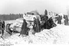 Dezember 1941 Sowjetunion.- Panzer IV Ausf. D mit weißem Tarnanstrich im Schnee steckend.- Soldaten schaufeln Panzer frei; Am rechten Bildrand: Kriegsberichter mit Filmkamera