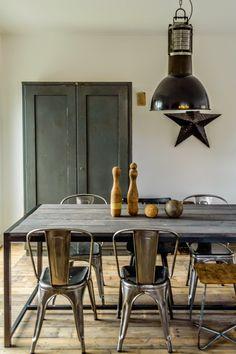 Stoere oude landelijke kast, ijzeren sterren en eettafels van oud hout vind je bij WWW.OLD-BASICS.NL, WEBSHOP met brocante, landelijke, industriële en vintage meubels
