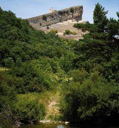El románico de los valles Mena y Losa se mimetiza en su magnetismo con el paisaje, ofreciéndonos algunos monumentos excepcionales como la ermita de San Pantaleón de Losa. (Foto CEDER Merindades www.lasmerindades.com). Os invitamos a visitar: www.europaromanica.es   http://revista.destinorural.com/pdf/DR06/20-24merindades.pdf  www.turismohumano.com