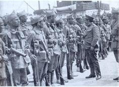 """El General Sanjurjo pasando revista a las fuerzas de la """"II y III Banderas de la Legión""""."""