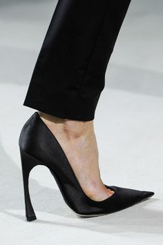 Christian Dior Spring 2013...What a CLASSIC black pump...I want them...SHARP!!!!;-)
