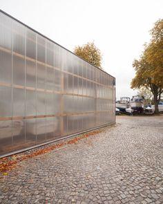 Bootshaus Spandau   REINER MARIA LÖNEKE ARCHITEKTEN, Berlin / Architekten - BauNetz Architekten Profil   BauNetz-Architekten.de Plastic Cladding, Micro House, Outside World, Facade House, Garage Doors, Exterior, House Design, Explore, Outdoor Decor