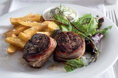 Jelení medailonky ve slanině s hranolky Baked Potato, Steak, Food And Drink, Menu, Potatoes, Baking, Health, Ethnic Recipes, Menu Board Design