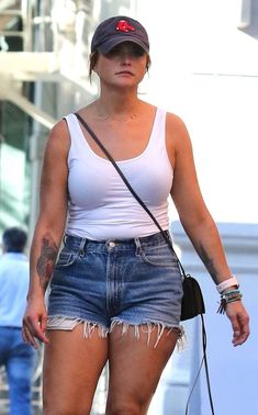 Photos : Miranda Lambert in Denim Shorts – Out in New York City , informations and more on Celebrity. Miranda Lambert Bikini, Miranda Lambert Photos, Hot Country Girls, Country Music, Hot Girls, Maranda Lambert, Country Female Singers, Redneck Girl, Celebrity List