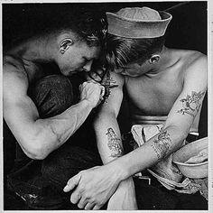 20-Marinheiros europeus fazendo tatuagens.