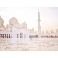 SUNSET OVER ABU DHABI. WHAT A GREAT WHITE VIEW OVER THE SHEIK ZAYED MOSQUE.