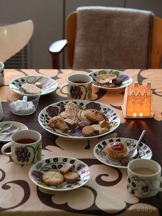 Paratiisi カップ&ソーサー Arabia | scope Afternoon Tea Parties, Cafe Menu, Amazing Paintings, Fauna, Home Decor Furniture, Tea Time, Tea Party, Latte, Tea Cups