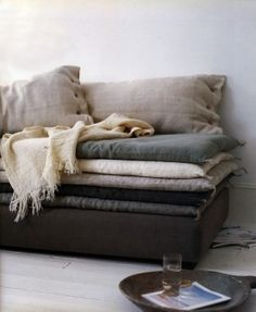 Possible idea for dressing up the futon Living At Home, Living Spaces, Living Room, Casa Hygge, Sweet Home, Interior And Exterior, Interior Design, Gray Interior, Ivy House