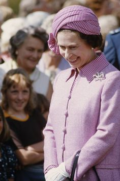 Pretty in Purple -- 1977 was a clearly a great year for royal style! The Queen is truly a master at accessorizing — just look to this playful plaid purple ensemble for proof. Princess Elizabeth, Queen Elizabeth Ii, Princess Charlotte, Princess Diana, Vanity Fair, Sparkly Gown, 80s Trends, Queen Hat, Mode Chanel