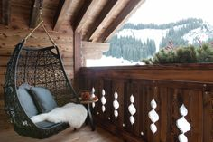 Hängestuhl auf der Balkone mit herrlichem Ausblick im Luxus-Chalet in Lech am Arlberg.