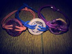 Knutsel meisje: armbandjes van scooby doo draad en houten geverfde knopen met glitter