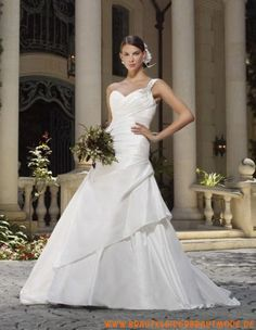 Schönstes elegantes Brautkleid aus Taft mit Schleppe