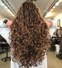Do you like your wavy hair and do not change it for anything? But it's not always easy to put your curls in value … Need some hairstyle ideas to magnify your wavy hair? Dyed Curly Hair, Curly Hair Styles, Colored Curly Hair, Curly Wigs, Curly Perm, Brown Curly Hair, Curly Long Hair Cuts, Blonde Curly Hair Natural, Layered Curly Hair