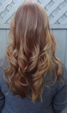 30 days hairstyle hairstyle love her hair ginger blonde hair. like hair color and big curls vintage ponytail - if only my hair. Ginger Blonde Hair, Reddish Blonde Hair, Blonde Color, Warm Blonde, Brown Hair, Blonde Balyage, Blonde Streaks, Blonde Curls, Darker Blonde