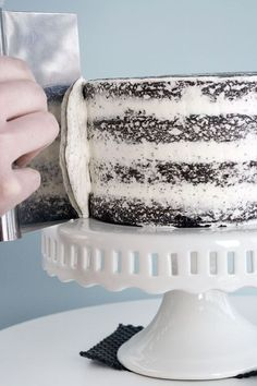 How to Frost a Cake--would probably take a few good goes to get it even close to this lady but its nice to know because I do love a nicely frosted cake