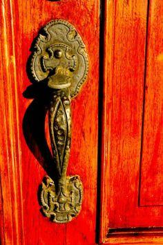 lovely orange door and ornate brass door knob . Door Knobs And Knockers, Knobs And Handles, Door Handles, Old Doors, Windows And Doors, Orange Door, Door Detail, Antique Hardware, Drawer Hardware