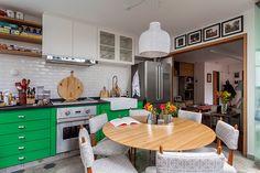 Decoração de: Cozinha integrada; armário verede; Casa de Valentina