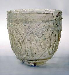 Vaso. Vidrio tallado. 7,4 x 7,4 cm. Siglo X. Procedencia: Se encontró en la red de de saneamiento de Medinat al-Zahra, junto con otros objetos de vidrio.